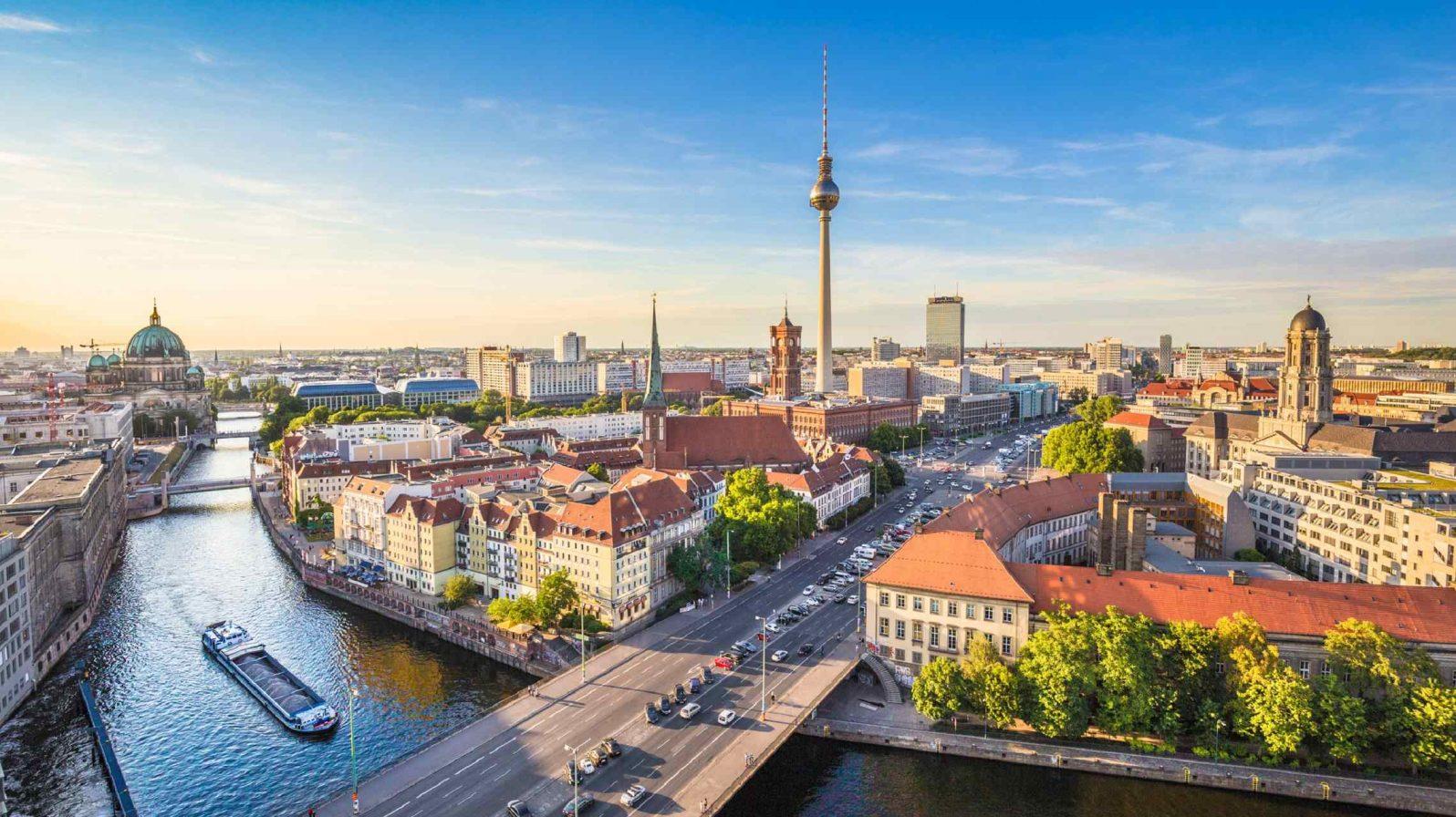Berliinin-kaupunkimaisema-ja-Spreejoki-Saksa-1596x896.jpg