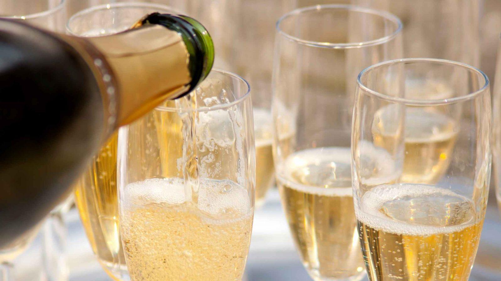 Champagne-lasien-täyttöä-bargeristeily-ruoka-ja-juoma-1596x896.jpg