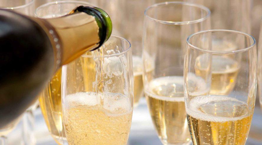 Champagne-lasien-täyttöä-bargeristeily-ruoka-ja-juoma-888x493.jpg