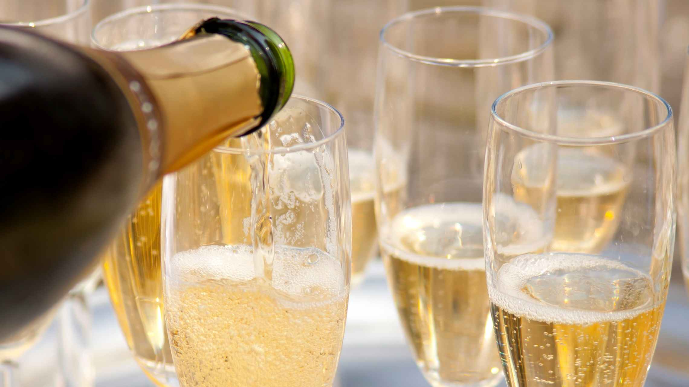 Champagne-lasien-täyttöä-bargeristeily-ruoka-ja-juoma-1920x1080.jpg