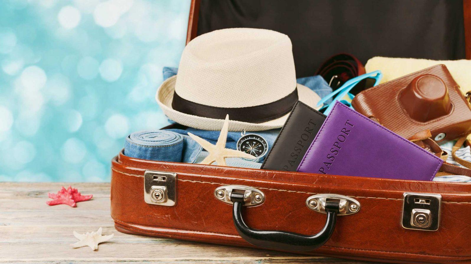 Pakattu matkalaukku henkilöt