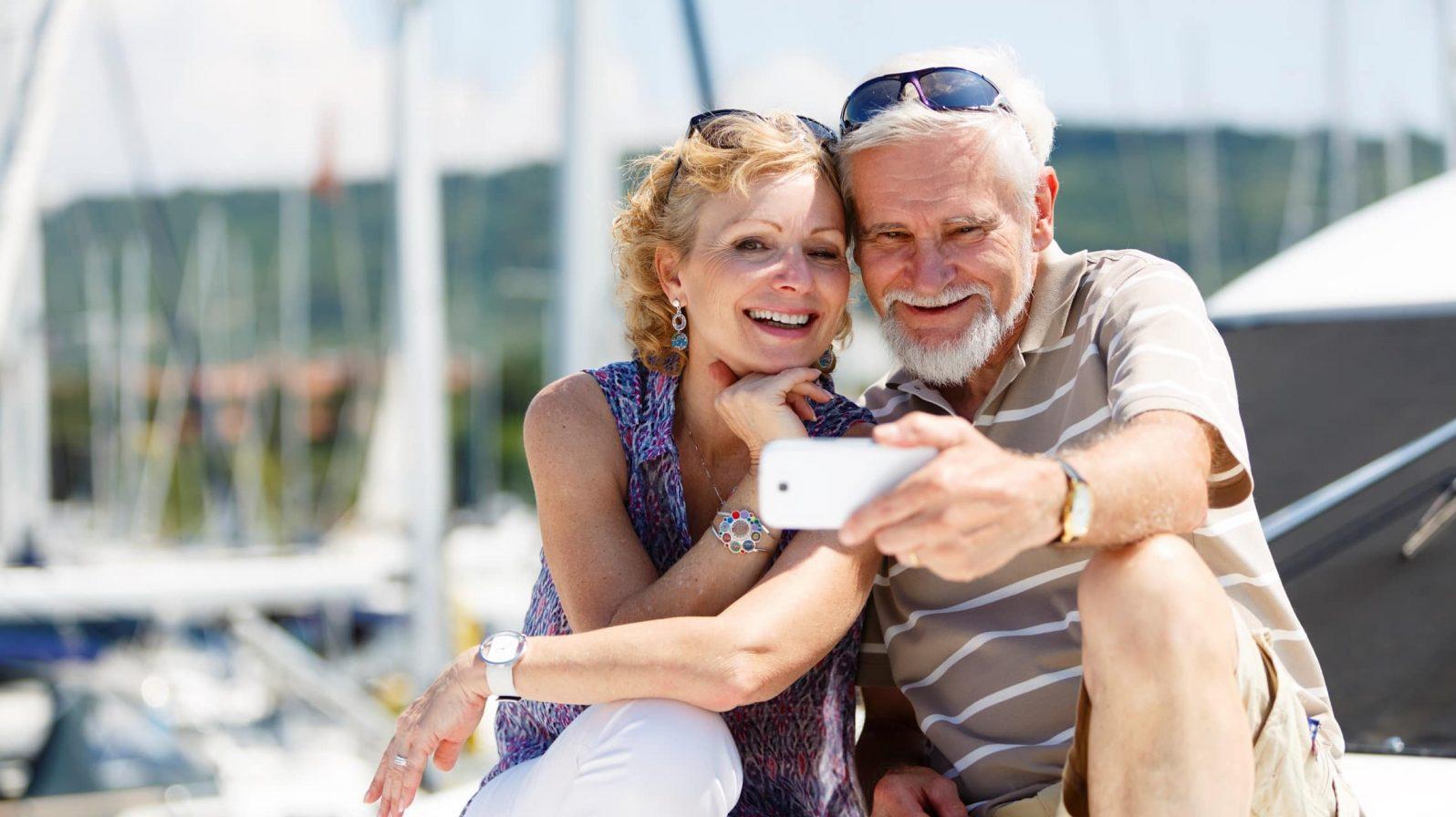 Pariskunta ottamassa kuvaa henkilöt