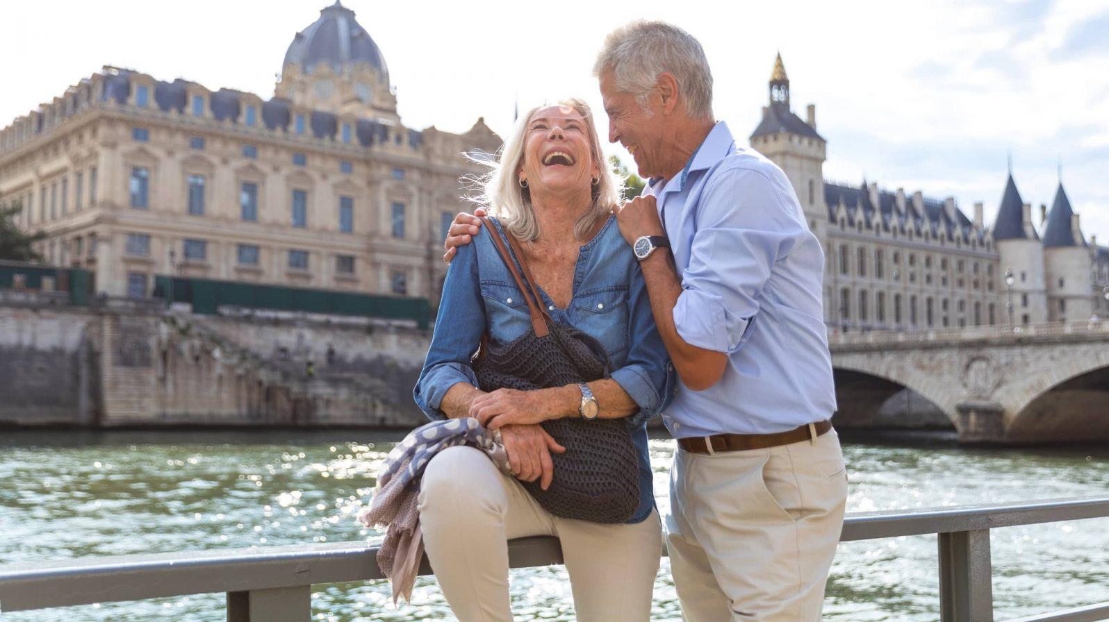 Rentoutunut pariskunta Pariisissa henkilöt