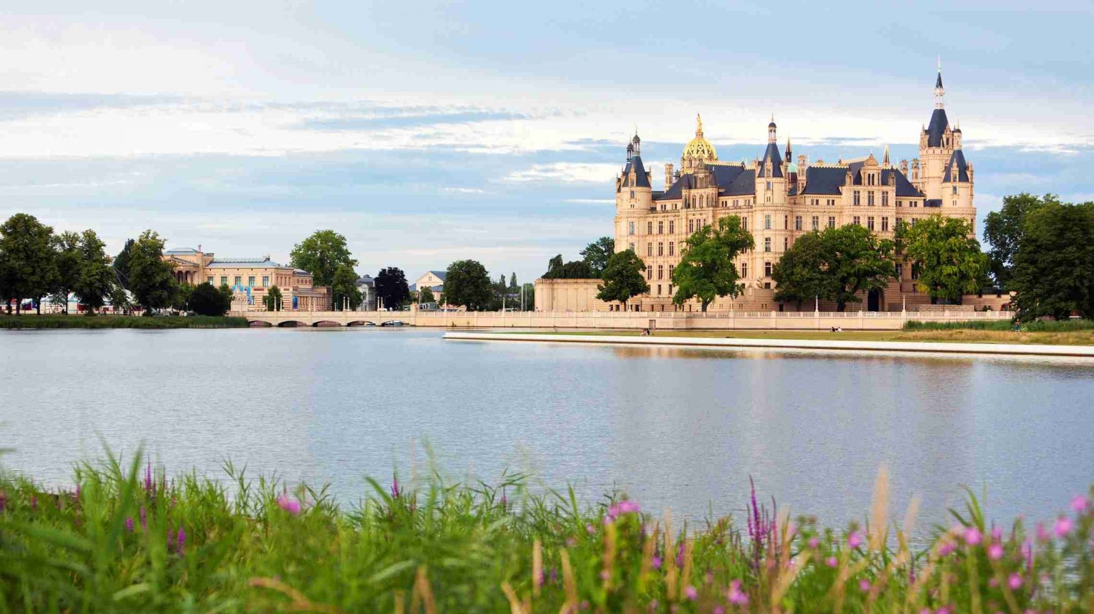 Schwerinin-linna-ja-järvi-Saksa-1596x896.jpg