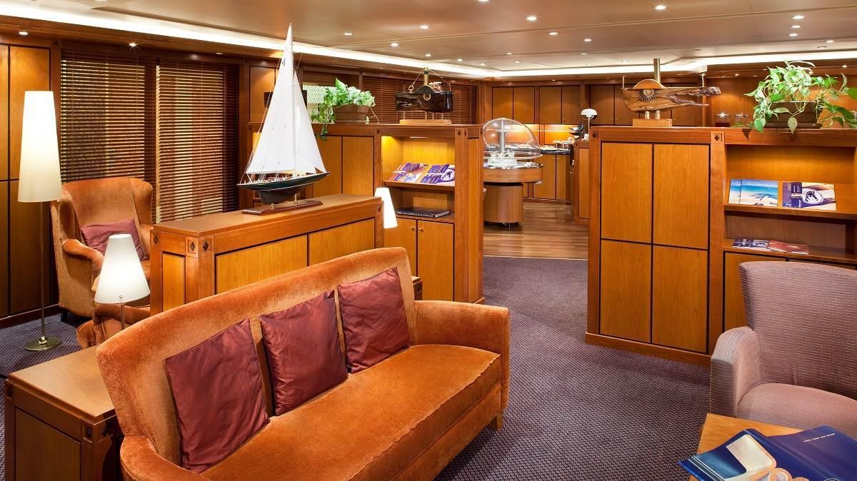 Veendam Neptune Lounge © Holland America Line