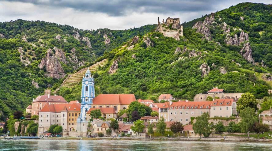 Dürnsteinin kylä joelta päin Itävalta