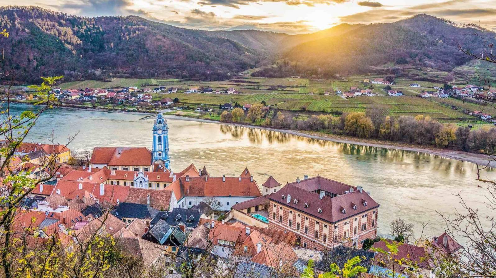 Dürnsteinin-kyl-Wachaun-laaksossa-Itävalta-1596x896.jpg