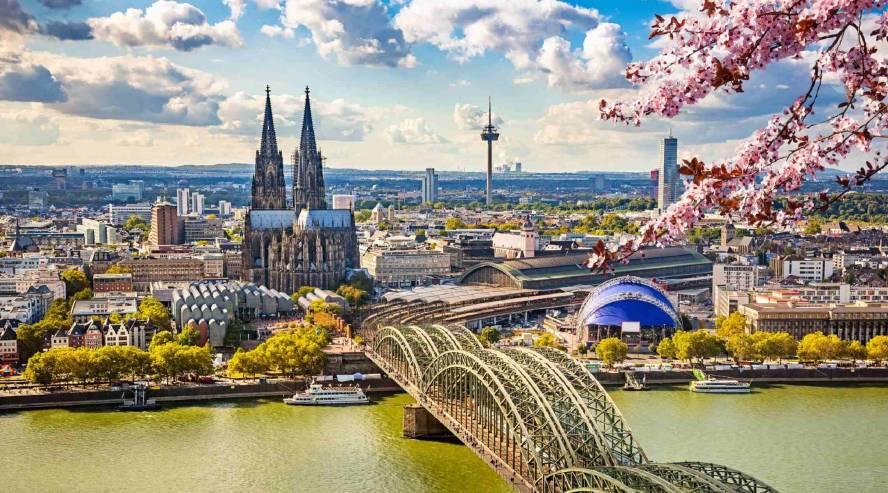 Kölnin kaupunki Reinin varrella Saksa