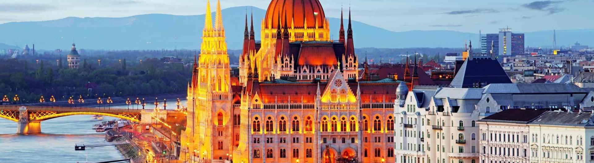 Unkarin-parlamenttitalo-Budapestissa-illalla-1920x528.jpg