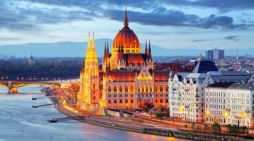 Unkarin parlamenttitalo Budapestissa illalla