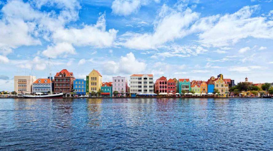 Willemstadin-värikkäitä-taloja-Curacao-888x493.jpg