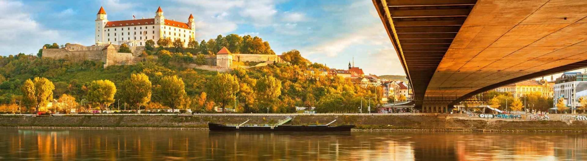 Bratislavan-linna-Slovakia-Tonavan-risteily-1920x528.jpg