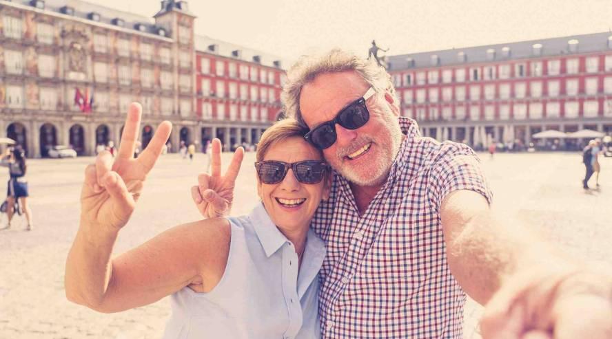 Iloinen-pariskunta-ottamassa-kuvaa-henkilöt.jpg