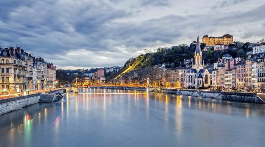 Lyon Rhonejoki Ranska iltavalaistuksessa