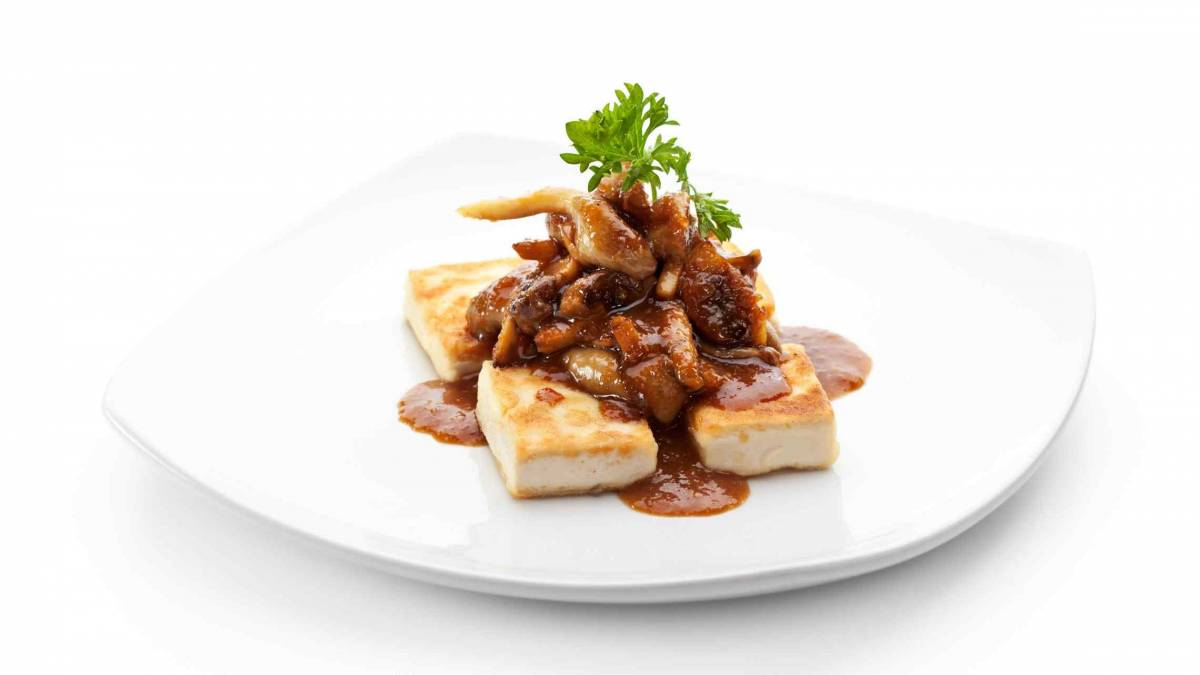 Tofuannos sienikastikkeella ruoka ja juoma
