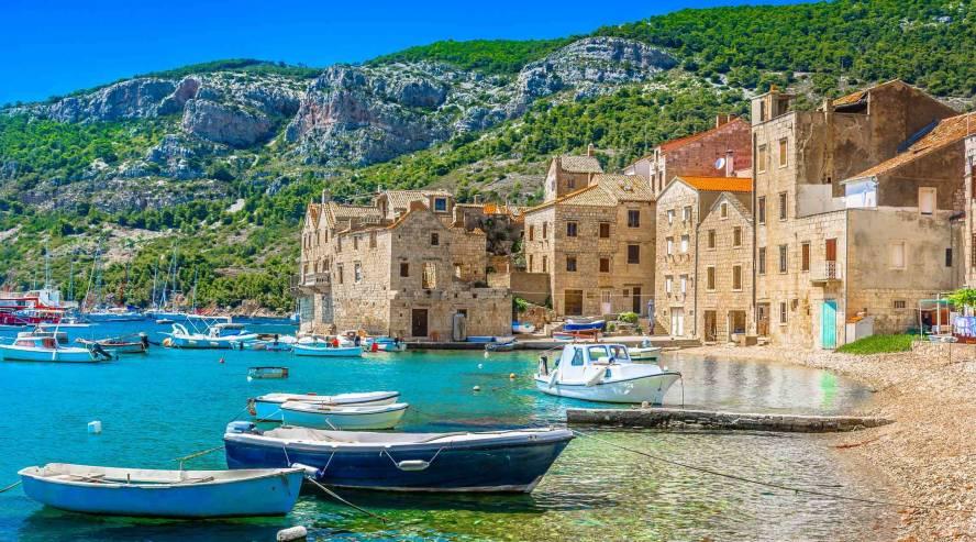 Komiza-Visin-saari-Kroatia-888x493.jpg