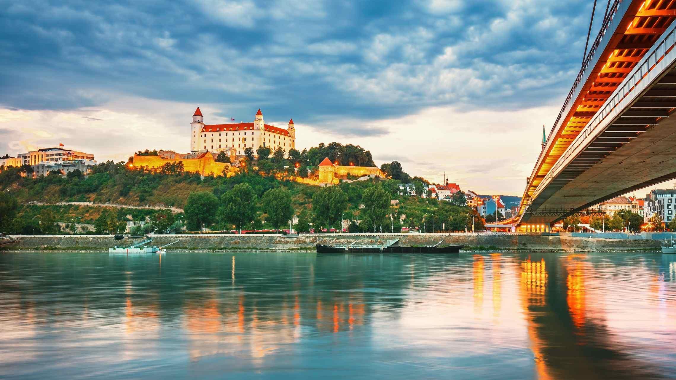 Bratislavan-linna-Slovakia-1920x1080.jpg
