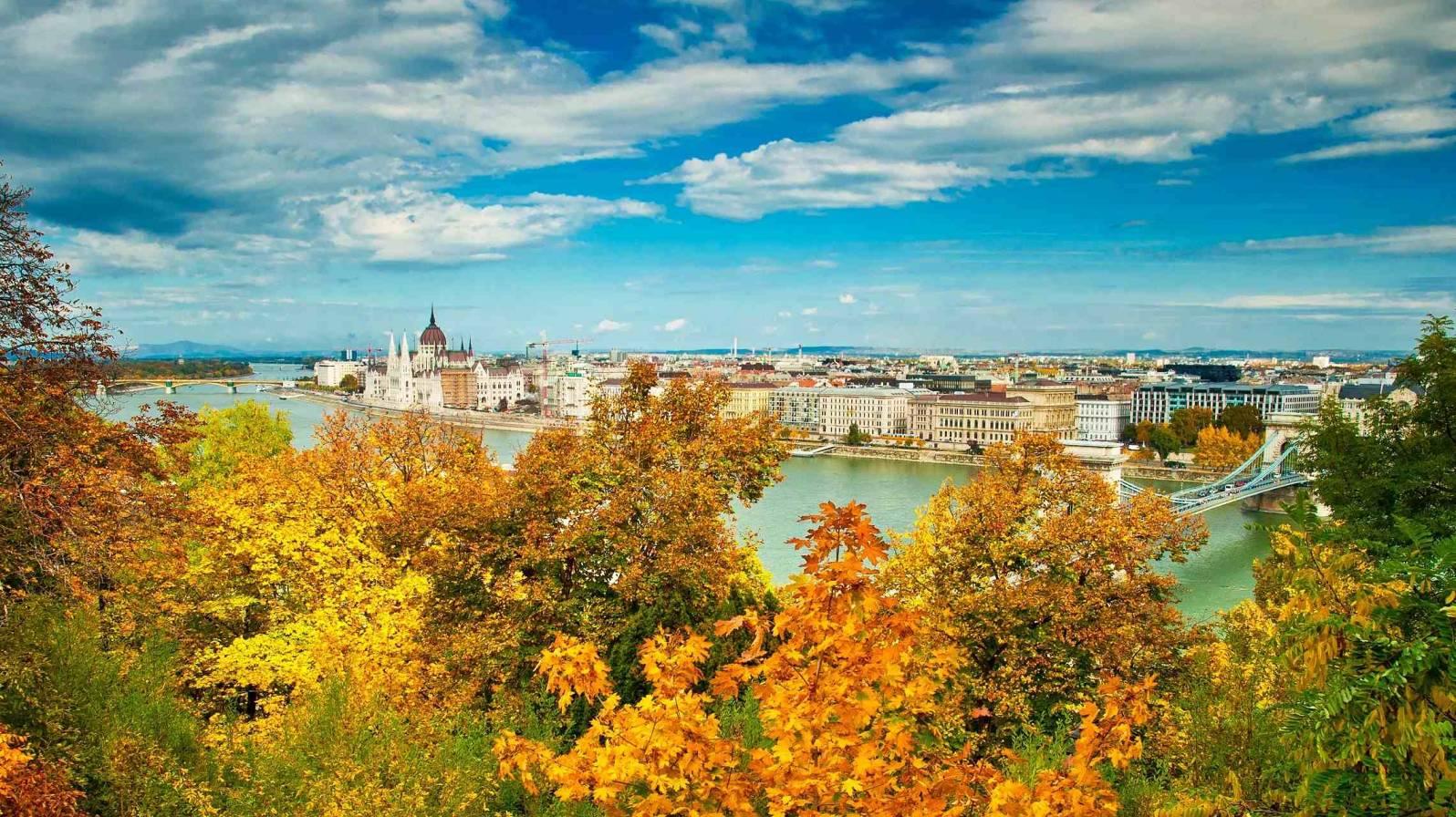 Budapest-syksyllä-Unkari-Tonavan-risteily-1596x896.jpg